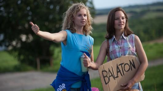 Die beiden Schwestern Catrin Streesemann (Cornelia Gröschel, l.) und Maja Streesemann (Sonja Gerhardt, r.) wollen per Anhalter zum Balaton zu kommen.