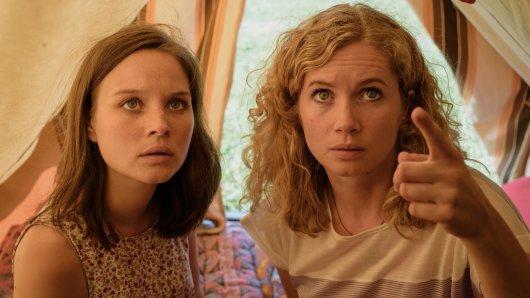 Maja (Sonja Gerhardt, l.) und Catrin (Cornelia Gröschel, r.) entdecken eine Abhör-Wanze in ihrem Zelt.