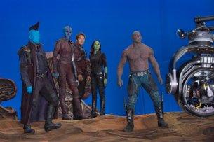 """Aufstellung zum zweiten """"Guardians of the Galaxy""""-Gefecht (v.l.n.r.): Michael Rooker (Yondu), Karen Gillan (Nebula), Chris Pratt (Peter Quill alias Star-Lord), Zoe Saldana (Gamora) und Dave Bautista (Drax)"""