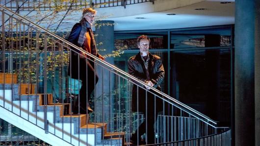 Die Kommissare Peter Faber (Jörg Hartmann, r) und Martina Bönisch (Anna Schudt, l) nähern sich den Büros einer kleinen Privatbank. Hier wird mitten in der Nacht gearbeitet – während ganz in der Nähe zwei Polizisten ermordet wurden.