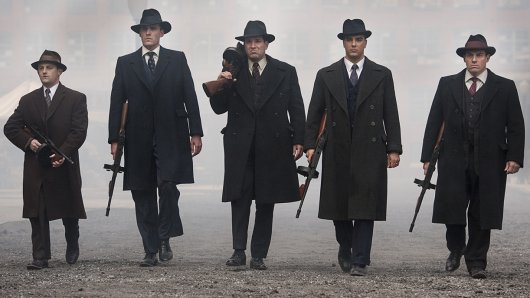 Mafia - Die Paten von New York: Meyer Lansky (Ian Bell, l.), Bugsy Siegel (John Stewart Jr., 2.v.l.), Lucky Luciano (Rich Graff, M.), Frank Costello (Anthony DiCarlo, 2.v.r.) und Vito Genovese (Craig Rivela, r.).