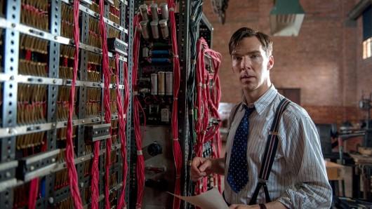 Alan Turing (Bendecit Cumberbatch) und seine Chiffriermaschine Christopher. Foto: © ARD Degeto/Black Bear Pictures