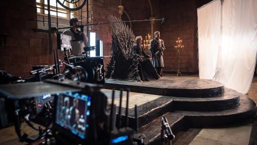 Am Set der Fantasy-Saga Game of Thrones: Cersei Lannister (Lena Headey) auf dem Eiserne Thron neben ihrem Bruder Jaime (Nikolaj Coster-Waldau)