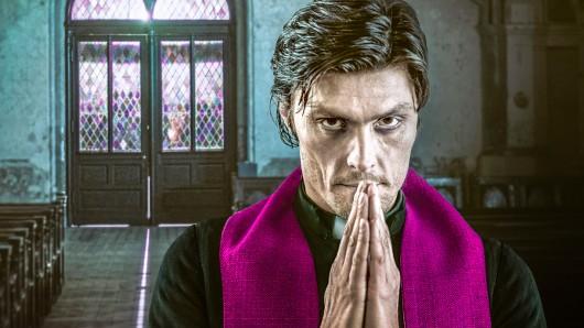 Der namenlose Priester (Stipe Erceg) in der Crime-Serie Culpa.