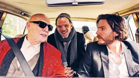 Karl-Ludwig (Denis Lavant, Mi.) begleitet Kaminski (Jesper Christensen, li.) und Zöllner (Daniel Brühl, re.) ein Stück auf ihrer Reise nach Norddeutschland.