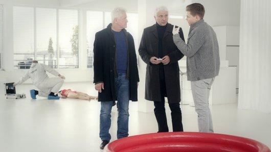 Die Kriminalhauptkommissare Ivo Batic (Miroslav Nemec) und Franz Leitmayr (Udo Wachtveitl) besprechen sich mit Kriminalkommissar Kalli Hammermann (Ferdinand Hofer) am Tatort.