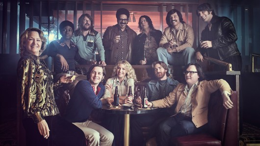 Goldie (Melissa Leo, l.) hegt eine innige Hassliebe zum Komiker- Ensemble ihres Clubs. Foto: Showtime Networls Inc. / Sky