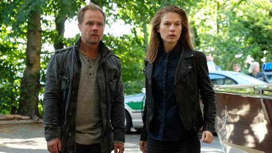 Hannah (Nora Waldstätten, r.) und Micha (Matthias Koeberlin, l.) müssen sich beeilen. Manfred Häusler scheint den Mörder seiner Tochter gefunden und entführt zu haben.