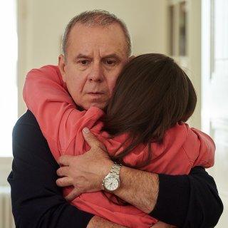 Herbert Wichert (Joachim Król, l.) kann seine Tochter Sophie (Emma Drogunova, r.) wieder in die Arme nehmen.