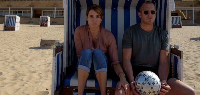 Rebecca (Anja Kling, l.) und Randolph (Heino Ferch, r.) fahren mit den Kindern an den Strand, um sich von den quälenden Gedanken an Tiberius abzulenken.