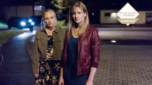 In Das Verschwinden nabelt sich Janine Grabowski (Elisa Schlott, li.) von ihrer Mutter Grabowski (Julia Jentsch) ab.