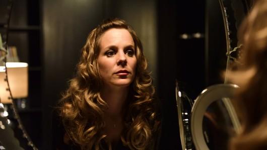 Angelika Flierl (Bernadette Heerwagen) macht sich ein letztes Mal hübsch, bevor ihr Callboy anklopft. Foto: ZDF/Jürgen Olczyk