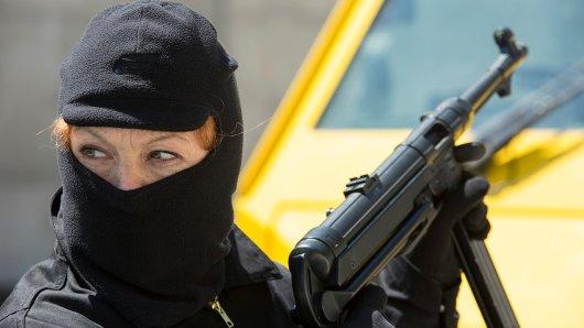 Astrid Frühwein (Heike Trinker) ist bei einem Überfall auf einen Geldtransporter dabei. Foto: SWR/Julia von Vietinghoff