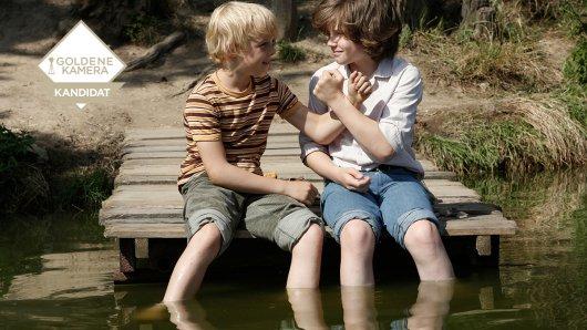 Die beiden Freunde Fred Ernst (Tilman Döbler) und Jonas Gramowski (Valentin Wessly) schließen Brudsbrüderschaft am See. So werden sie einander immer verbunden bleiben. Foto: BR/Dusan Martincek