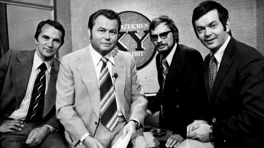 1967 geht die Sendung Aktenzeichen XY ... ungelöst auf Sendung. Ihr Moderator ist Eduard Zimmermann (2.v li).
