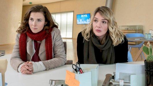 Die Kommissarinnen Karin Gorniak (Karin Hanczewski) und Henni Sieland (Alwara Höfels) befragen diskret eine Mitarbeiterin der ALVA. (v.l.)