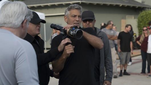 Die Vorstadt im kritischen Blick: Regisseur George Clooney am Set seiner Gesellschaftssatire Suburbicon (Foto: © 2017 Concorde Filmverleih GmbH)
