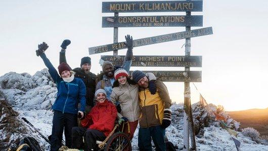 Geschafft: Anna (Anna Maria Mühe, li.), Tom (Kostja Ullmann, 3. v. li.), Paula (Caroline Hartig, 2. v. re.) und Joschka (Simon Schwarz, re.) mit den Bergführern Simon (Ulrich Friedrich Brandhoff, 2. v. li.) und Joseph (Bongo Mbutuma) auf dem Gipfel des Kilimandscharo-Massives. Foto: ARD Degeto/Ariane Krampe Filmproduktion/Anika Molnár