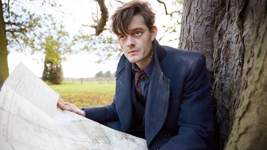 Sam Riley als Detective Douglas Archer.