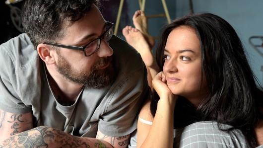 """Johnny (Paul """"Sido"""" Würdig) ist sich nicht sicher, aber Sophia (Michelle Barthel) kennt es gut: dieses Gefühl ist Liebe."""