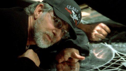 Regisseur Steven Spielberg am Set von Minority Report (2002).