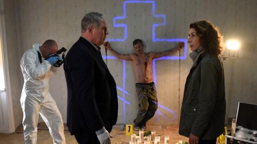 Ein Ritualmord in Wien? Eisner (Harald Krassnitzer) und Fellner (Adele Neuhauser) am Fundort der ersten Leiche (Faris Rahoma).