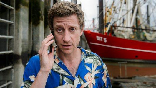 Henk Cassens (Maxim Mehmet) telefoniert am Hafen.