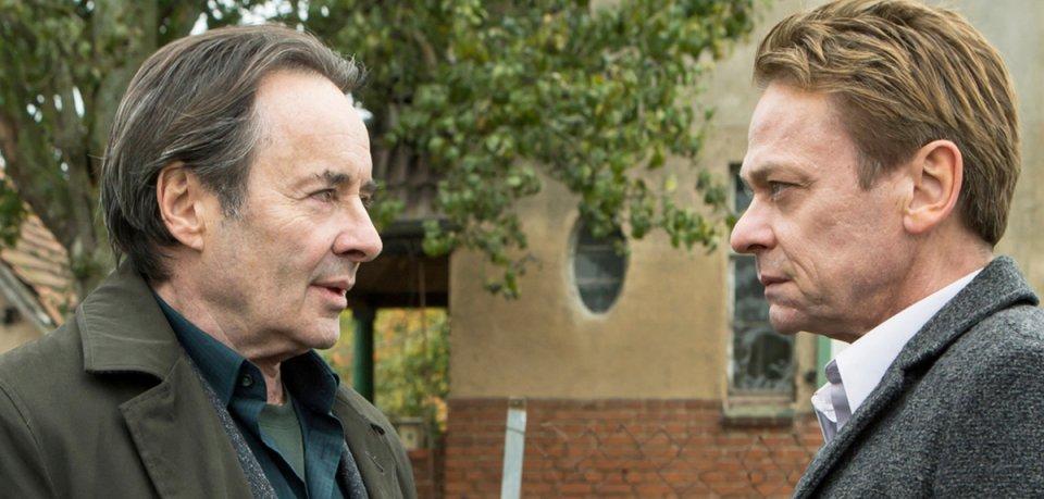 Duell zweier alter Rivalen: Kommissar Kovak (Uwe Kockisch, l.) und Physik-Professor Michael Adam (Sylvester Groth, r.).