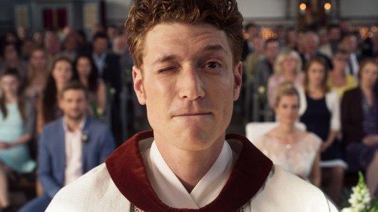 Trickbetrüger Maik (Daniel Donskoy) nimmt die Identität eines Priester an und muss seine erste katholische Trauungzeromonie durchführen.