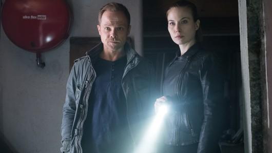 Micha Oberländer (Matthias Koeberlin, l.) und Hannah Zeiler (Nora Waldstätten, r.) stoßen während der Ermittlungen auf Hinweise, die einiges ins Rollen bringen.
