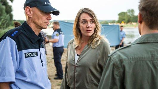 Henni Sieland (Alwara Höfels) und Schwimmtrainer Micha Siebert (Niels Bruno Schmidt) warten darauf, dass Stefan Krüger seinen ermordeten Sohn identifiziert.
