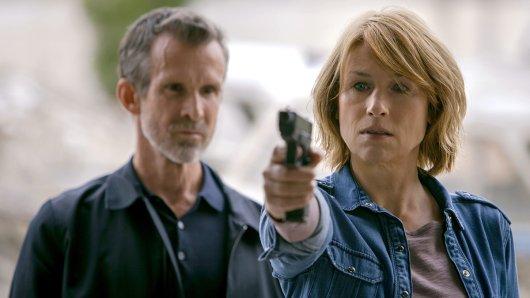 Karen (Corinna Harfouch) lernt bei Bruno (Ulrich Matthes) das Schießen.
