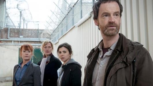 Gefängnisdirektorin Angelika Zerrer mit den Kommissaren Martina Bönisch, Nora Dalay und Peter Faber.