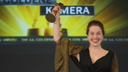 Nachwuchspreis-Gewinnerin Paula Kalenberg freudestrahlend bei der GOLDENEN KAMERA 2009