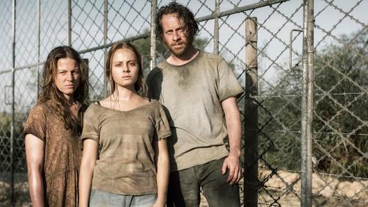 Heimatlos: Sarah und Jan Schneider (Maria Simon, l. und Fabian Busch) mit Tochter Nora (Athena Strates) in Afrika.