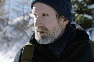 Arnold (Ulrich Matthes) zieht sich nach dem Tod seines Sohnes zurück in die winterlichen Alpen.
