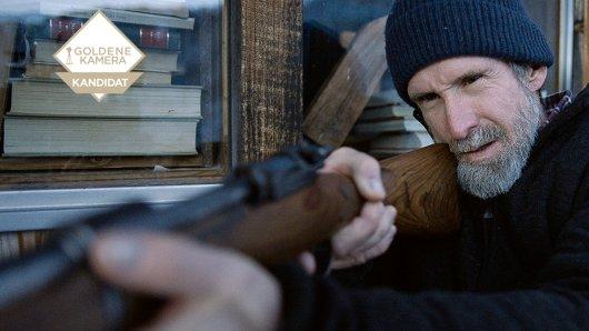 Arnold (Ulrich Matthes) greift zur Waffe, nachdem er attackiert wurde.