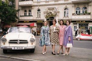 Die Schöllacks: Monika (Sonja Gerhardt, l.), Caterina (Claudia Michelsen, m.l.), Helga von Boost geb. Schöllack (Maria Ehrich, m.r.) und Eva Fassbender geb. Schöllack (Emilia Schüle. r.).