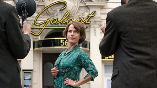 Caterina Schöllack (Claudia Michelsen) genießt die Aufmerksamkeit, die sie als Agentin von Monika und Freddy erhält.