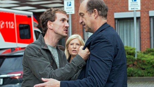 Oliver Lessmann (Jan Krauter) macht den Gutachter Carsten Kühne (Peter Heinrich Brix) für die Einlieferung seiner Frau ins Krankenhaus verantwortlich (im Hintergrund Hauptkommissarin Inga Lürsen (Sabine Postel)).