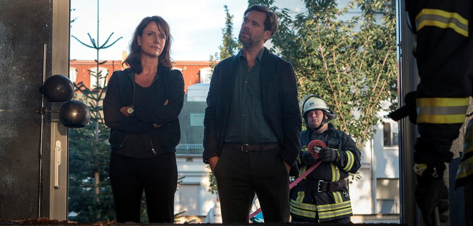 Brasch (Claudia Michelsen) und Köhler (Matthias Matschke) schauen sich um.