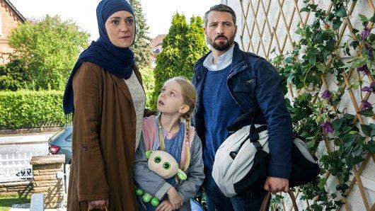 Sehra (Neshe Demir) und Cem (Murathan Muslu) bringen Pia (Malina Harbort) zu ihren Großeltern.
