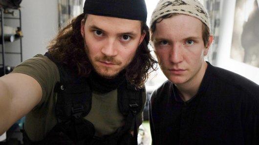 Falk (Tilman Pörzgen) und Jakob (Leonard Carow, r) posieren für ein Abschiedsbild.