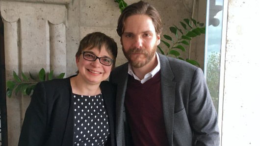 Am Set in Budapest: Daniel Brühl (39) und GOLDENE KAMERA-Redakteurin Anke Hofmann.