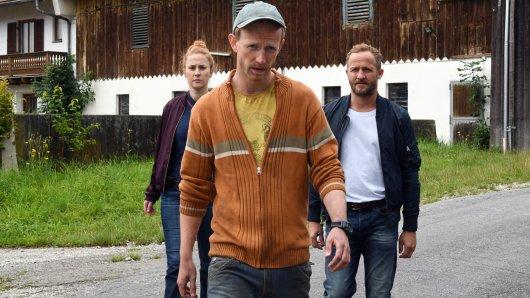 Alois Zidinger (David Zimmerschied, M.) will Anna (Marlene Morreis, l.) und Franz Germinger (Maximilian Brückner, r.) seine Unschuld im Mordfall seines Vaters Herbi Herbert Zidinger (Andreas Giebel) beweisen.