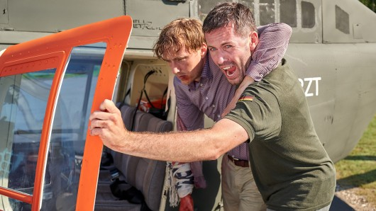 Alex Rode (Jan Hartmann, r.) kommt mit dem verletzten Carsten Gehring (Sebastian Achilles) mit dem Hubschrauber zum St. Hubertus Krankenhaus.