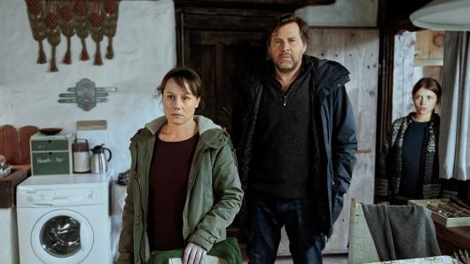 Franziska Tobler (Eva Löbau, links) und Friedemann Berg (Hans-Jochen Wagner) sind auf dem Hof der Böttgers eingetroffen, um die Familie zu befragen. Dazu gehört auch Mechthild (Janina Fautz), die jüngere Schwester der toten Sonnhild.