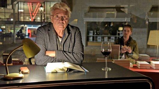 Schriftsteller Paul Bacher (Henry Hübchen) wird nur noch zu kleinen Lesungen eingeladen.