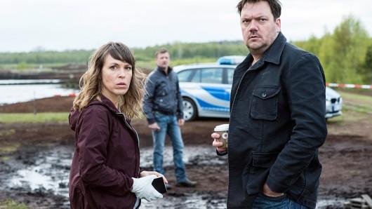 Die Kommissare am Tatort (Anneke Kim Sarnau, Charly Hübner, Andreas Guenther).