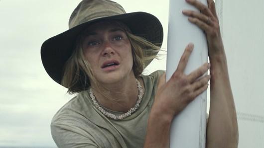 Shailene Woodley spielt in Die Farbe des Horizonts die Hurrikan-Überlebende Tami Oldham, die 1983 mit ihrem Segelboot auf dem offenen Meer trieb.